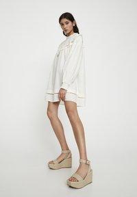 PULL&BEAR - Korte jurk - white - 3