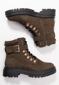 Miss Selfridge - BRIGHT BUCKLE DETAIL HIKER - Kotníkové boty na platformě - khaki - 3