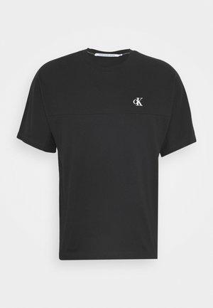 PUFF PRINT BACK LOGO - Print T-shirt - black