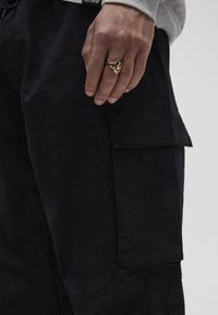 PULL&BEAR - Pantalon cargo - dark grey - 4