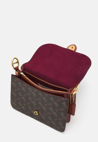 Coach - SIGNATURE CARRIAGE BEAT SHOULDER BAG - Handbag - tan/brown/rust - 3