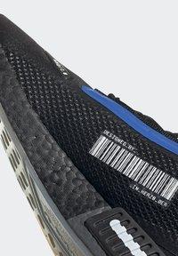 adidas Originals - NMD_R1 SPECTOO UNISEX - Sneakersy niskie - core black/yellow tint - 9
