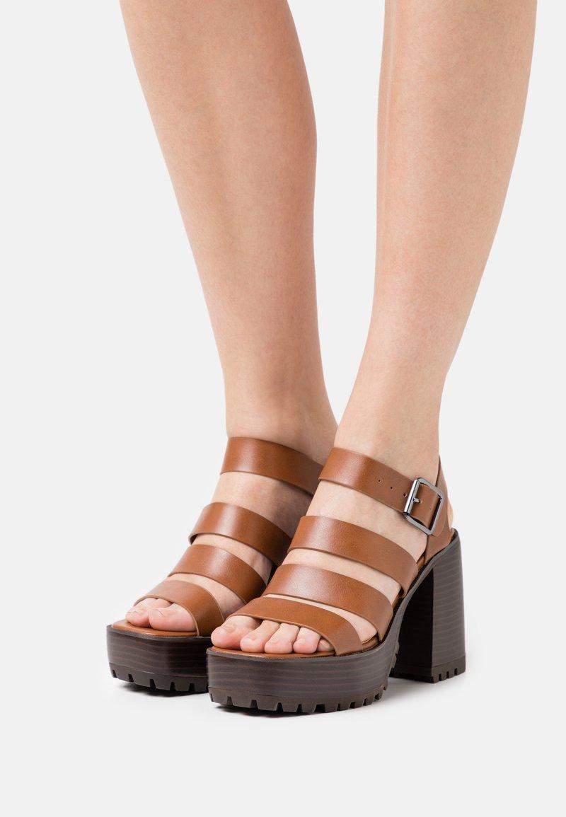 Emmshu - DITA - Korkeakorkoiset sandaalit - brown