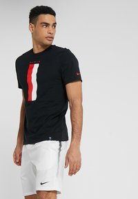 Nike Performance - PARIS ST. GERMAIN TEE TRAVEL CREST - Camiseta estampada - black - 0