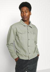 Mennace - SUNDAZE TRUCKER JACKET - Denim jacket - green - 3