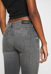 Diesel - SLANDY-LOW-ZIP - Jeans Skinny Fit - grey - 4