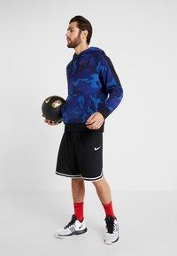 Nike Performance - NBA GOLDEN STATE WARRIORS CAMO HOODIE - Kapuzenpullover - rush blue/black - 1