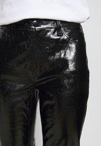 J Brand - FRANKY HIGH RISE CROP  - Bootcut jeans - patent black - 5