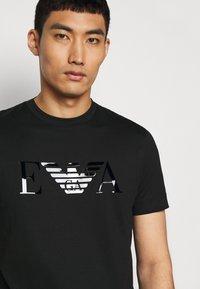 Emporio Armani - T-shirt con stampa - black - 4