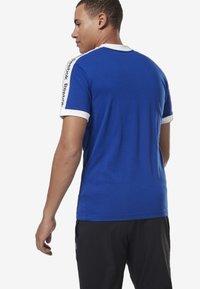 Reebok - TRAINING ESSENTIALS LINEAR LOGO TEE - Print T-shirt - blue - 1