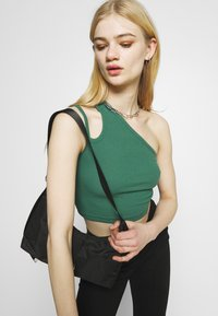 Weekday - STRAP CROP 2 PACK - Top - green/black - 4