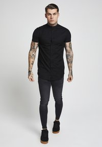 SIKSILK - GRANDAD SLEEVE FITTED - Skjorta - black - 2
