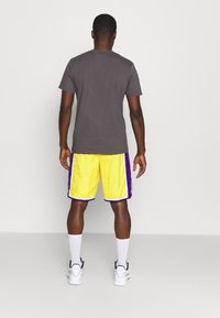 Nike Performance - NBA LA LAKERS SHORT - Squadra - amarillo/field purple/white - 2