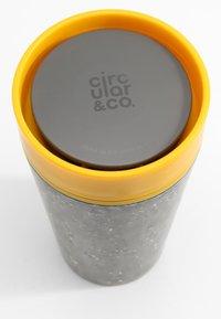Circular&Co - CIRCULAR & CO KAFFEEBECHER TO GO MIT DECKEL - 340ml - Trinkflasche - Autres accessoires - schwarz / gelb - 6