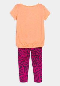 Nike Sportswear - SET - Print T-shirt - fireberry - 1