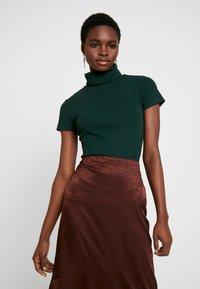Anna Field - BASIC - T-shirt z nadrukiem - scarab - 0