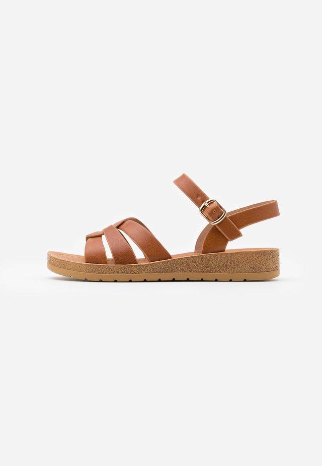 HELGA - Sandaler m/ kilehæl - tan