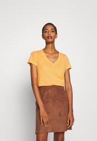 GAP - VINT - T-shirts med print - starlight gold - 0