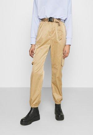 CARGO PANTS - Pantaloni cargo - camel