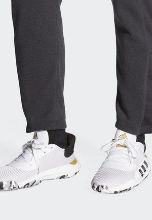 PRO BOUNCE 2019 LOW SHOES - Basketbalschoenen - white