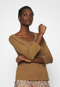 Marc O'Polo - 3/4 SLEEVE ROUNDED V NECK - Long sleeved top - deep tobacco - 3