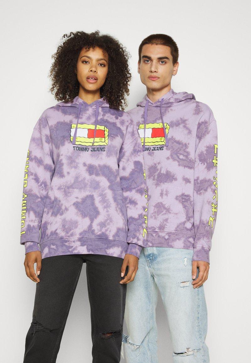Tommy Jeans - ABO TJU X SPONGEBOB HOODIE UNISEX - Sweatshirt - purple quartz