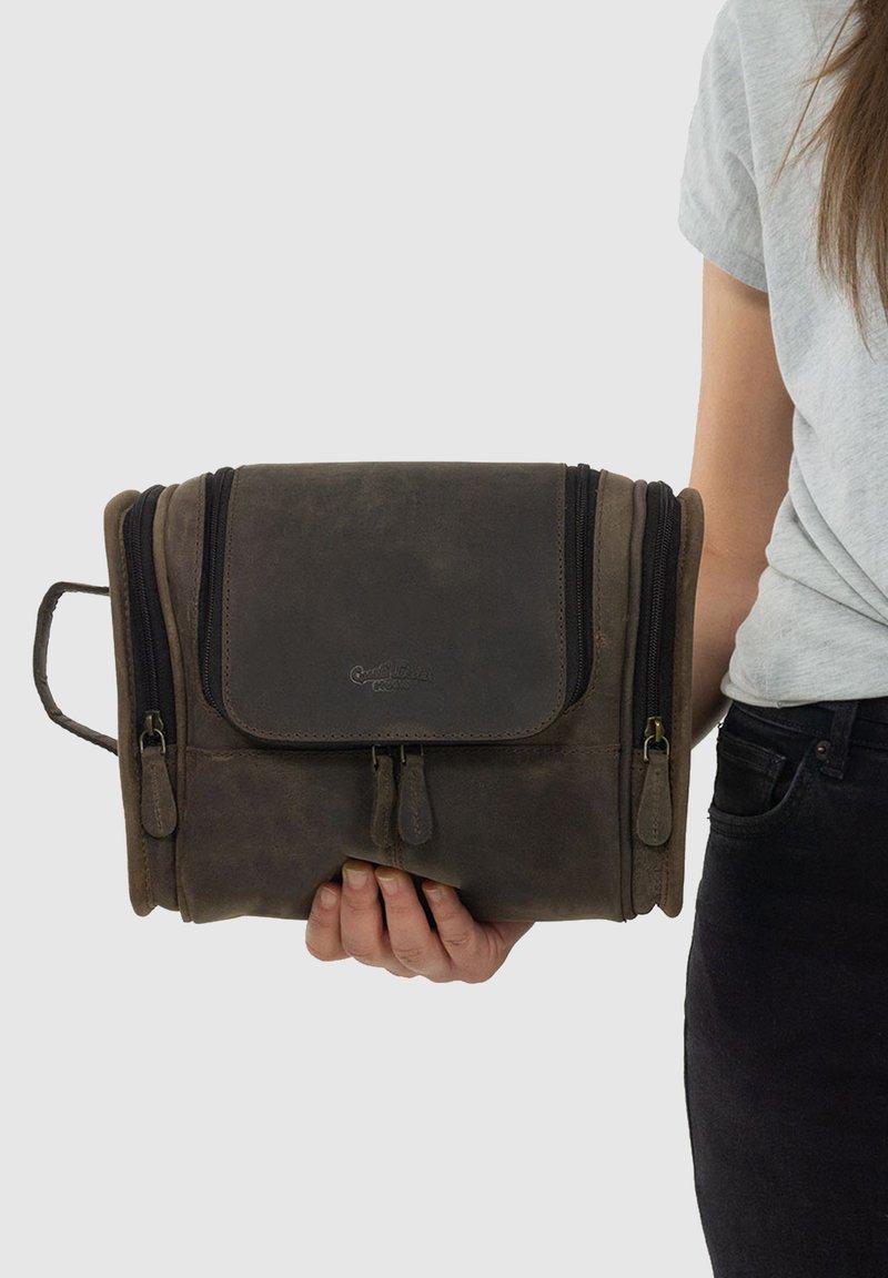 Gusti Leder - CHESTER - Kosmetická taška - walnut