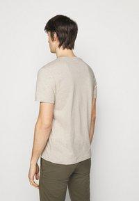 Polo Ralph Lauren - CUSTOM SLIM FIT JERSEY V-NECK T-SHIRT - T-shirt - bas - expedition dune - 2