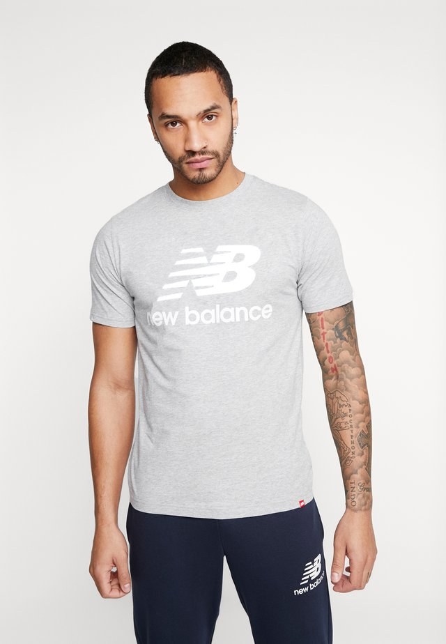 ESSENTIALS STACKED LOGO  - T-shirt med print - athletic gre