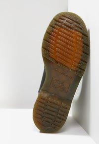 Dr. Martens - 2976 CHELSEA VEGAN - Kotníkové boty - black - 4