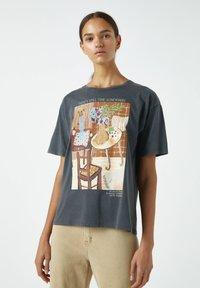 PULL&BEAR - MIT ORANGEFARBENEM GEMÄLDE EINES ZIMMERS - Print T-shirt - dark grey - 0