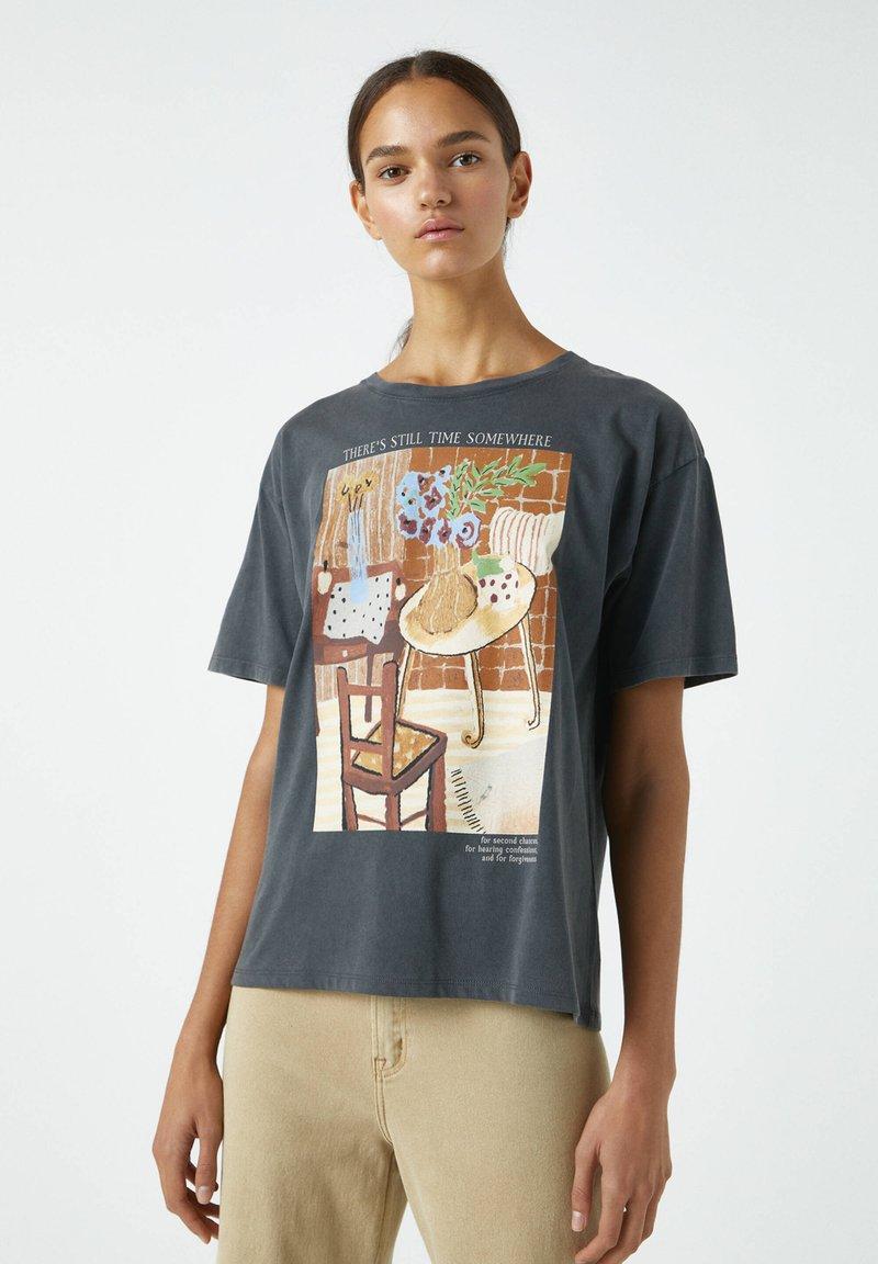 PULL&BEAR - MIT ORANGEFARBENEM GEMÄLDE EINES ZIMMERS - Print T-shirt - dark grey