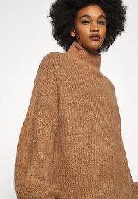 Noisy May - NMROBINA HIGH NECK DRESS - Strikket kjole - camel melange - 3