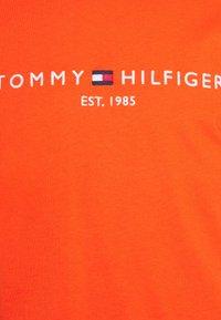 Tommy Hilfiger - LOGO TEE - Printtipaita - daring orange - 2