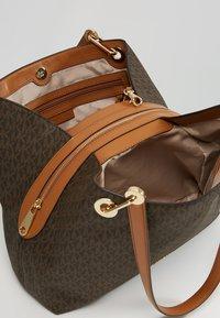 MICHAEL Michael Kors - RAVEN SHOULDER BAG - Handtasche - brown - 4