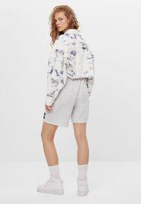 Bershka - CROPPED MIT TIE-DYE-PRINT  - Summer jacket - white - 2