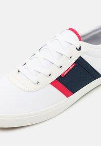 Jack & Jones - JFWLOGAN - Sneakers - white/navy/red - 5