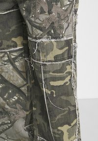 Jaded London - PATCHWORK FRAYED SKATE  - Jeans baggy - khaki - 3