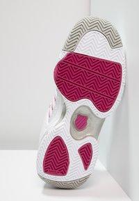 K-SWISS - DEFIER RS - Tenisové boty na všechny povrchy - white/very berry - 4