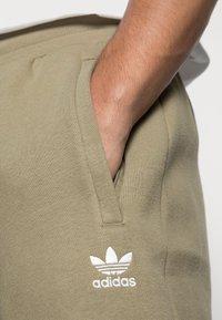 adidas Originals - ESSENTIALS PANT - Pantaloni sportivi - orbit green - 4