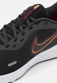 Nike Performance - REVOLUTION 5 - Hardloopschoenen neutraal - black/vast grey/total orange/gym red/reflect silver - 5