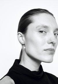 Julie Sandlau - CHAIN EARSTUDS - Boucles d'oreilles - white - 1