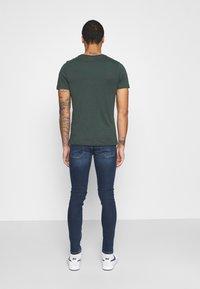 Jack & Jones - JCODEFENDER TEE CREW NECK - Print T-shirt - darkest spruce - 2