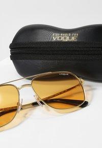 VOGUE Eyewear - GIGI HADID - Sunglasses - orange - 3
