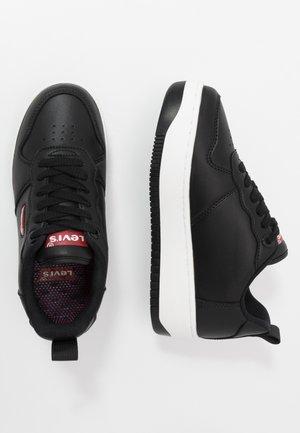 QUEENS - Trainers - black