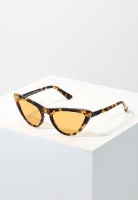 VOGUE Eyewear - GIGI HADID - Sluneční brýle - orange - 0