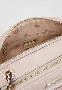 Guess - LOGO LOVE CROSSBODY TOP ZIP - Skulderveske - pink