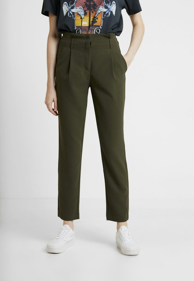 ONLRUNA LILI BELT PANT - Pantalones - forest night