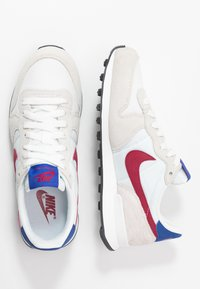 Nike Sportswear - INTERNATIONALIST - Sneaker low - summit white/noble red/hyper blue/black - 3