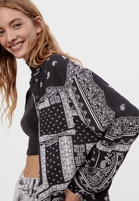 Bershka - MIT BANDANA-PRINT - Button-down blouse - black - 3